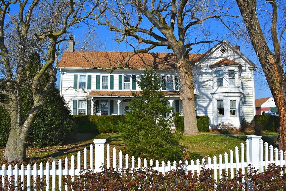 Dům s plotem