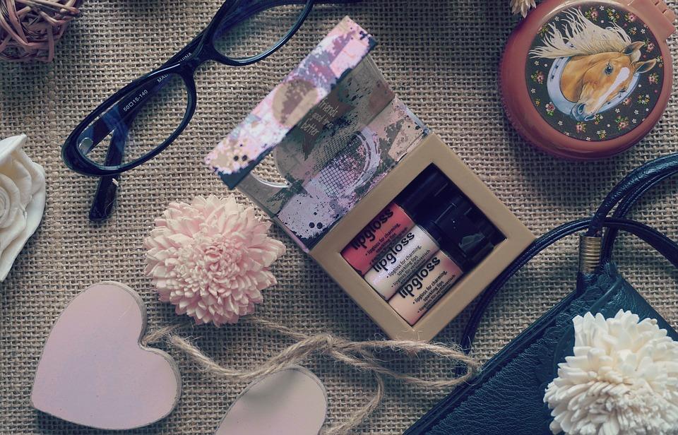 Jaké beauty produkty nám nesmí chybět v kabelce?