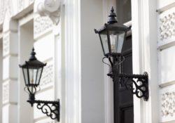 Venkovní osvětlení s sebou přináší řadu výhod. Jaké si vybrat před dům?
